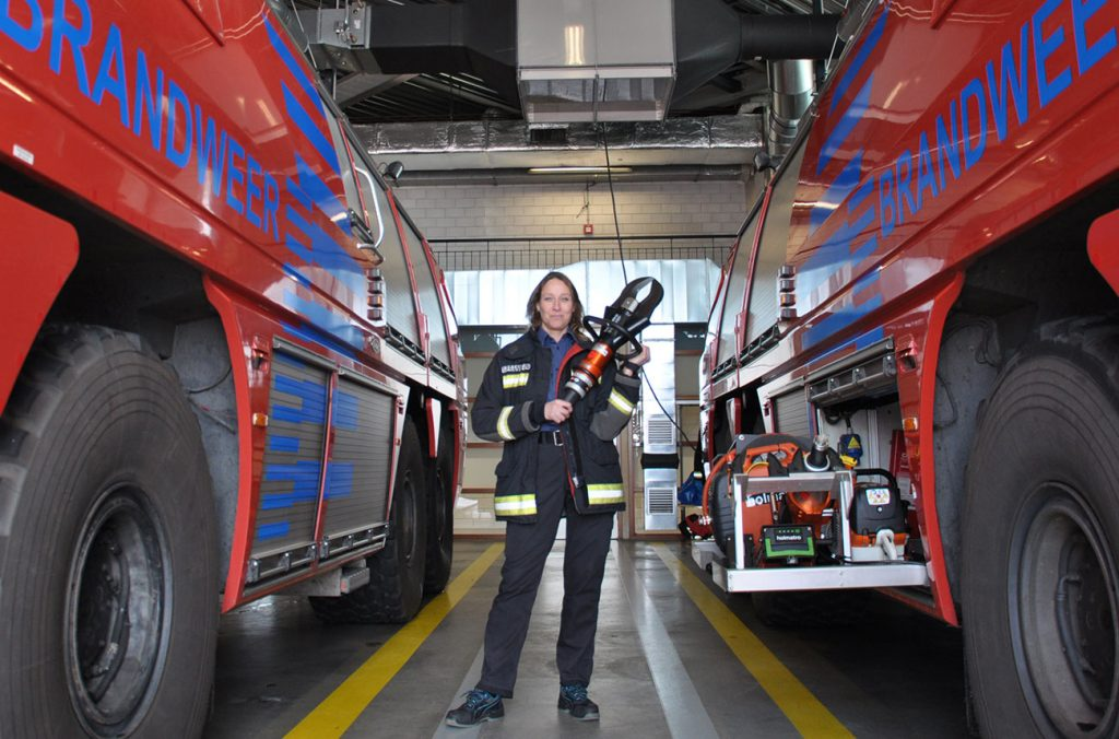 Sandra bij de brandweer van Schiphol