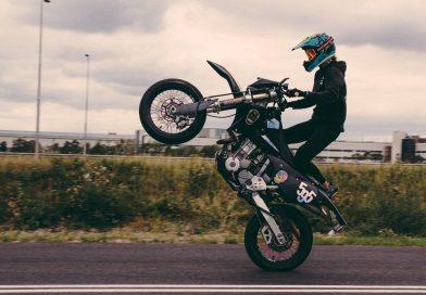 Gaia geeft wheelie- en stunt lessen – Wheelie Wonder Woman