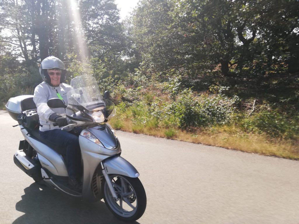 Charissa op haar motorscooter