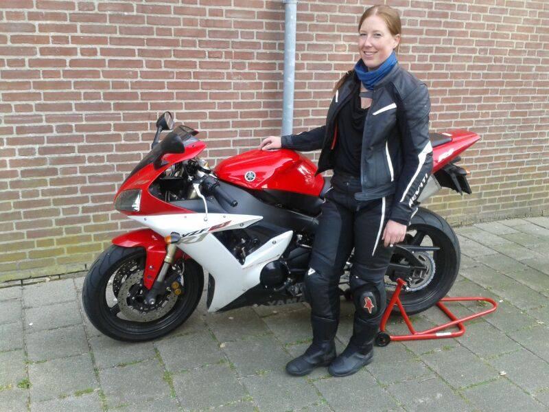 Sonja met haar trouwe Yamaha R1