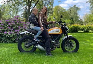 Lezers-test: Mini-Motormeiden (8 jaar) testen kindergordel voor op de motor